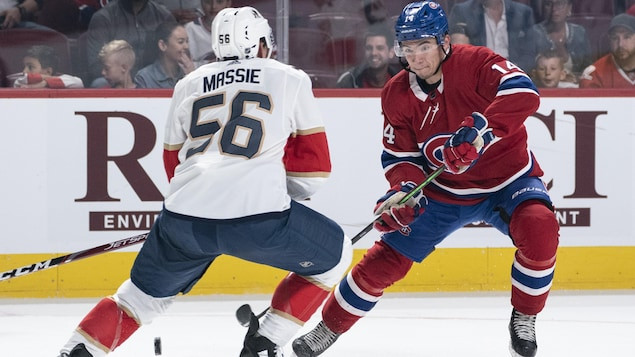 En possession de la rondelle, Nick Suzuki tente de déjouer Jake Massie, des Panthers.