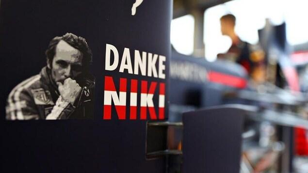 Les équipes saluent Niki Lauda à Monaco: «Merci Niki», peut-on lire sur une voiture de l'équipe Red Bull
