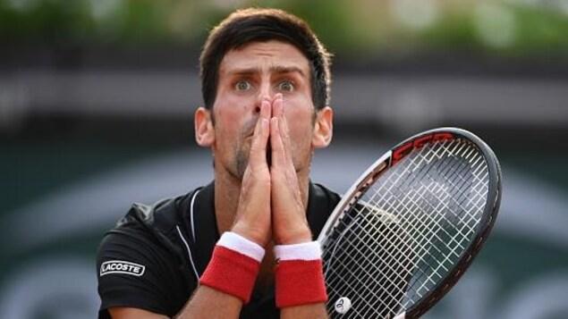 Il réagit après avoir raté un point, en faisant un signe de prière avec ses deux mains.