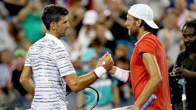 Novak Djokovic (à gauche) et Lucas Pouille