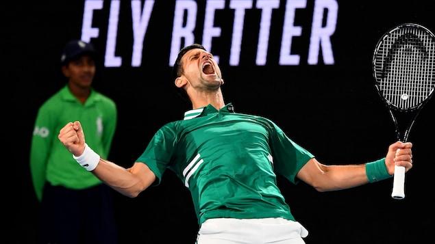 Un joueur de tennis, vêtu de vert, exprime sa joie en criant après une victoire significative aux Internationaux d'Australie.