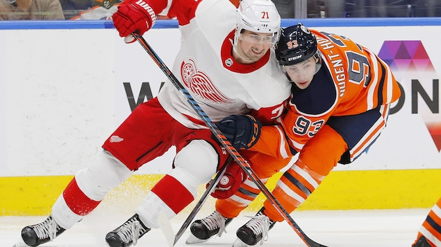 Dylan Larkin des Red Wings de Détroit et  Ryan Nugent-Hopkins des Oilers d'Edmonton