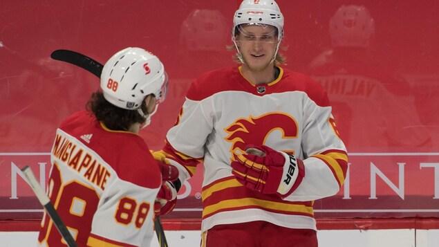 Un joueur de hockey est félicité par son coéquipier.