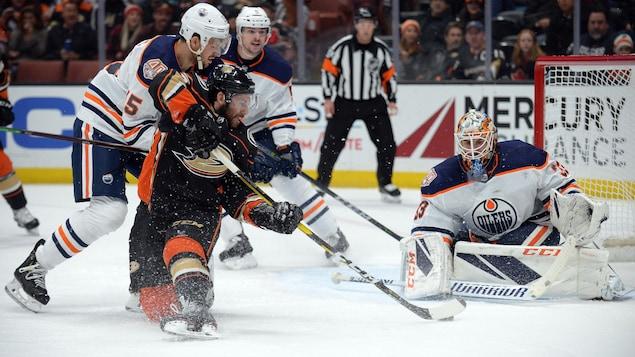 Le gardien des Oilers Cam Talbot dans l'uniforme des Oilers.