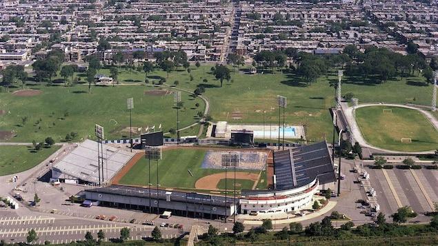 Vue du quartier Villeray vers l'Est, le 2 septembre 1976. À l'avant-plan, le stade Jarry.