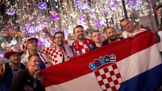 Des partisans croates célèbrent, dans les rues de Moscou, la victoire des leurs en demi-finales face à l'Angleterre