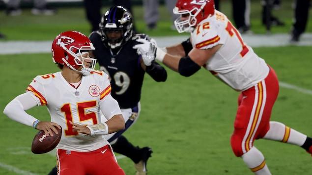 Un joueur de football s'apprête à lancer le ballon.