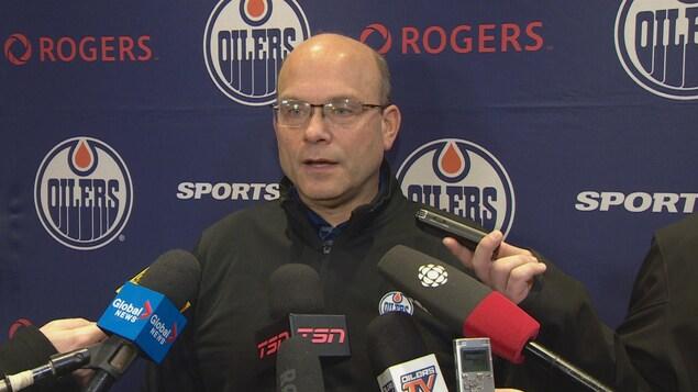 le directeur général des Oilers, Peter Chiarelli s'adresse aux médias.