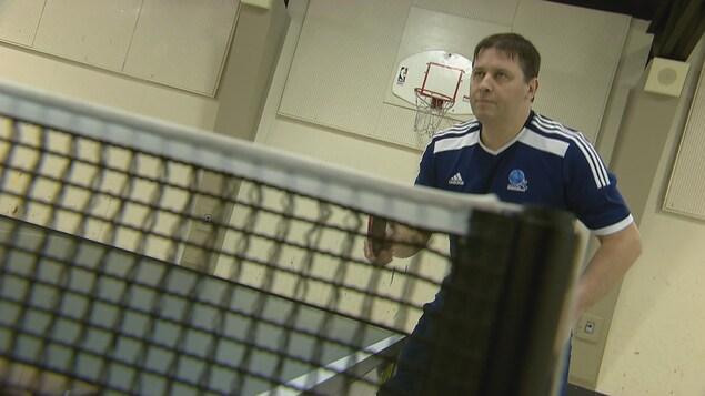 Le père de la famille Bernier qui partage la passion du tennis de table.