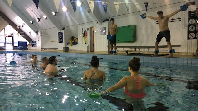 Les entraîneurs montrent les rudiments de l'activité avant de plonger eux-aussi dans la piscine.