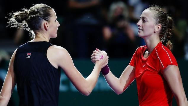Elles se serrent la main à l'issue d'un match à Singapour en octobre 2018.