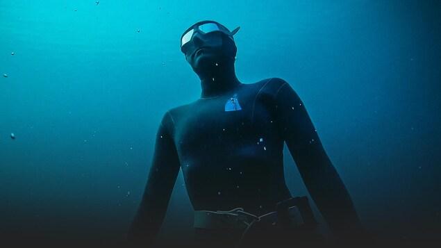 L'apnéiste remonte à la surface.