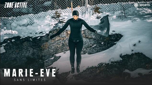 Marie-Eve effectue un saut dans la glace.