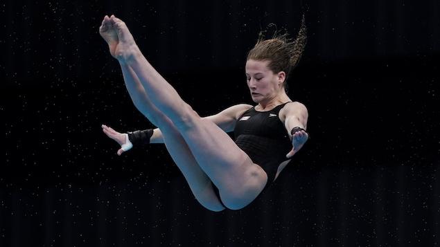 Elle réalise une figure dans les airs.