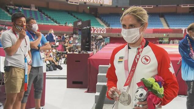 La médaillée d'argent en parajudo Priscilla Gagné portant un masque en entrevue