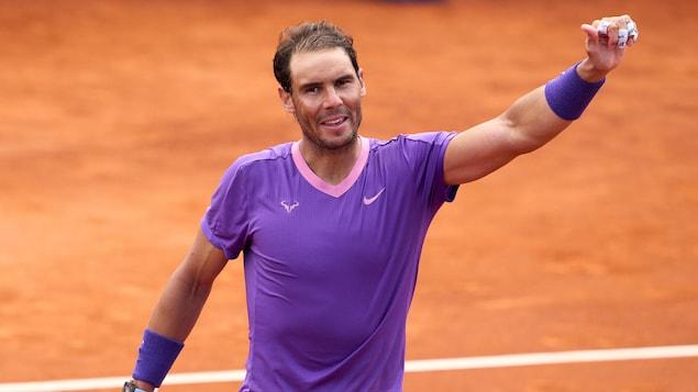 Il lève le bras gauche au ciel pour célébrer sa victoire.