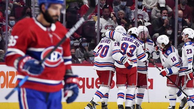 Les joueurs des Rangers célèbrent après le match.