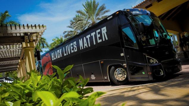 Un autobus devant un hôtel