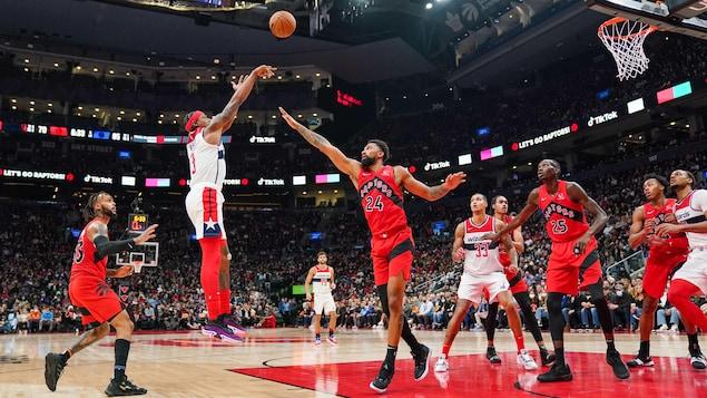 Bradley Beal tente un lancer sous le regard de plusieurs joueurs des Raptors.