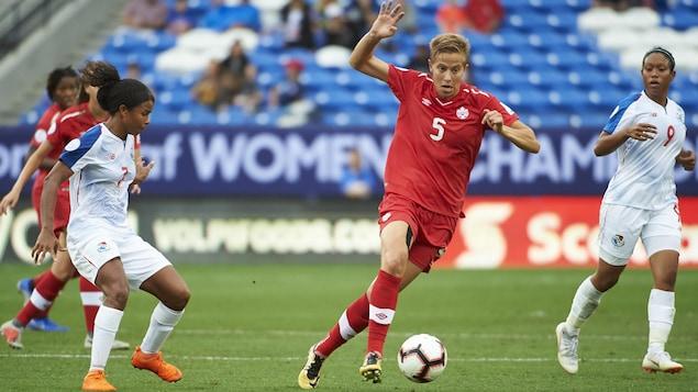 Rebecca Quinn (no 5) pendant un match de l'équipe canadienne