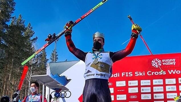 Le skieur est sur le podium.