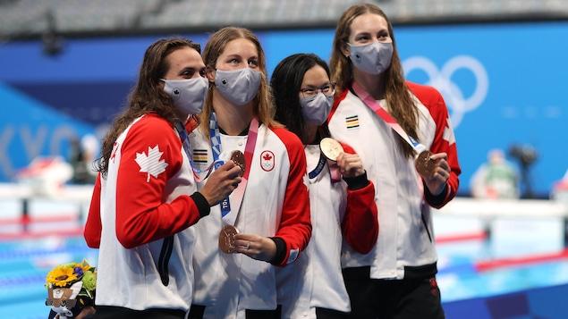 Quatre femmes avec leur médaille de bronze
