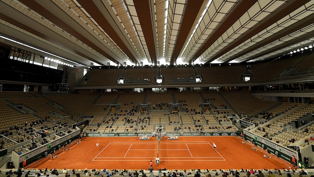 Vue d'ensemble du court Philippe-Chatrier à Paris pendant un match