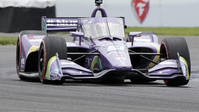 Grosjean lors de la course à bord de sa voiture mauve.