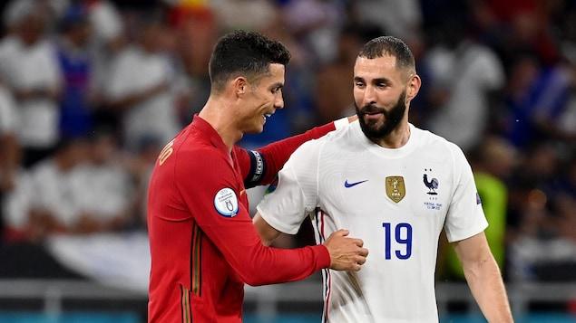Les deux joueurs se félicitent après la fin du match.