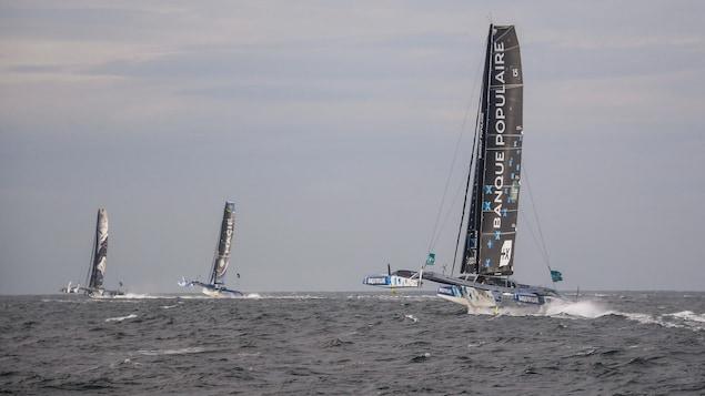 De gauche à droite, les bateaux de Sébastien Josse, François Gabart et Armel Le Cléac'h quittent la côte de Saint-Malo