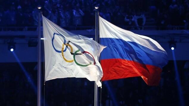 Le drapeau des Jeux olympiques et celui de la Russie