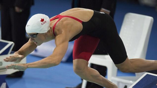 La nageuse Sandrine Mainville s'élance du plot de départ.