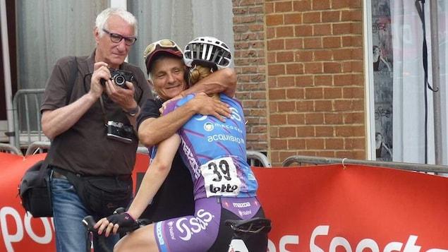 Le président de SAS-Mageco Gérard Penarroya félicite la cycliste Adriane Provost