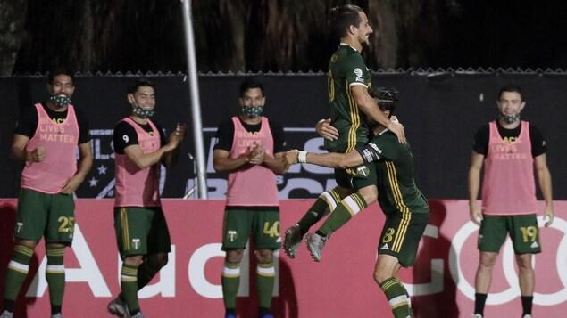 Il saute dans les bras de Diego Valeri pour célébrer son but.