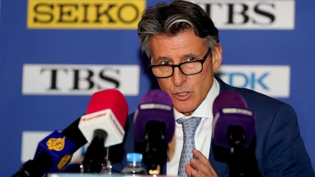 Le président de la Fédération internationale d'athlétisme (IAAF), Sebastian Coe, répond aux questions de la presse lors d'une conférence de presse à Doha.