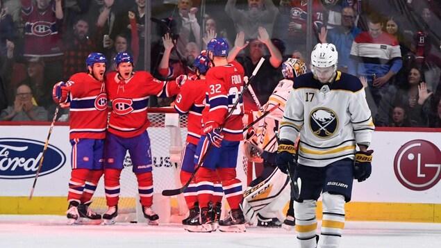 Les joueurs du Canadien célèbrent un but marqué contre les Sabres.
