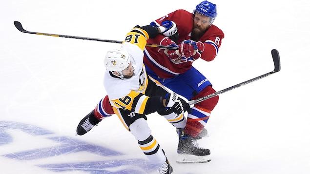 Deux joueurs de hockey entrent en collision.