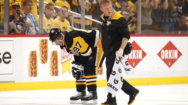 Sidney Crosby ébranlé au moment de quitter la patinoire