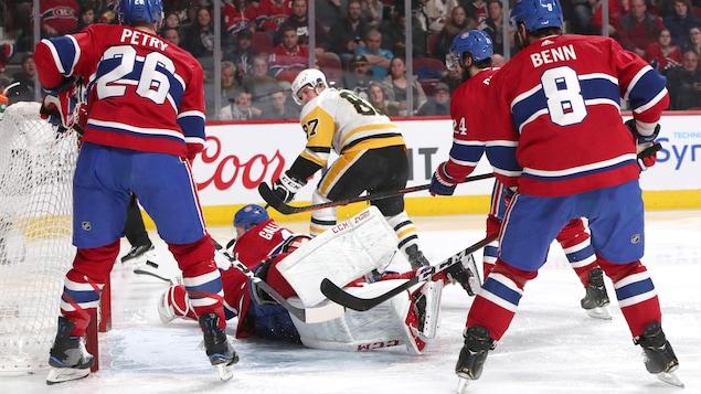 Sidney Crosby profite de la cohue devant le filet pour marquer contre le Canadien.