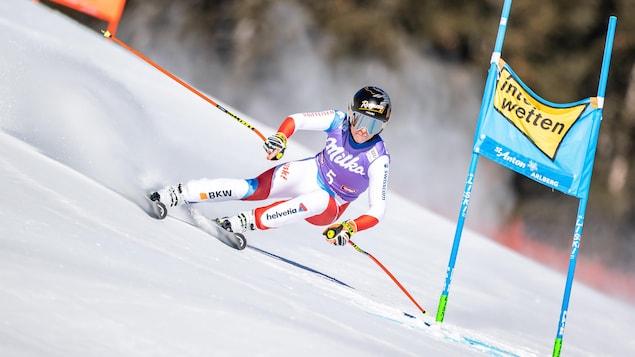 Elle franchit une porte en skis.