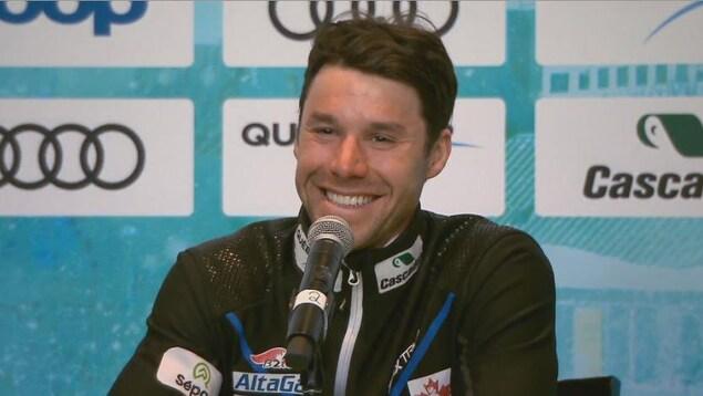 Alex Harvey sourit en conférence de presse après sa dernière course, à Québec.