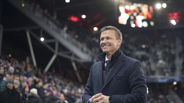 Il sourit avant un match de Ligue des champions contre Liverpool.