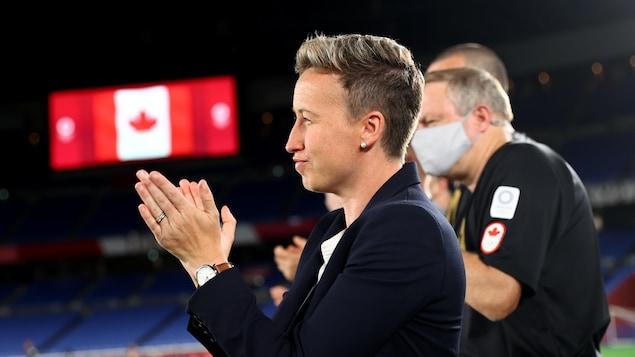 Elle applaudit son équipe avant la finale.