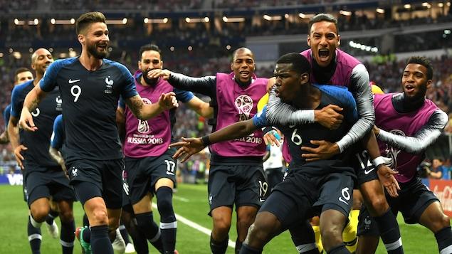 Paul Pogba (à l'avant, à droite) célèbre son but pour la France contre la Croatie.