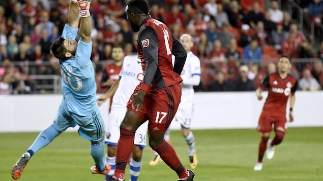 Le gardien Maxime Crépeau effectue un arrêt lors d'un match contre le Toronto FC.