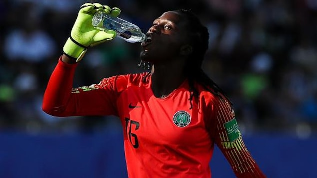 La joueuse de soccer nigérianne Chiamaka Nnadozie boit de l'eau pendant un match de la Coupe du monde.