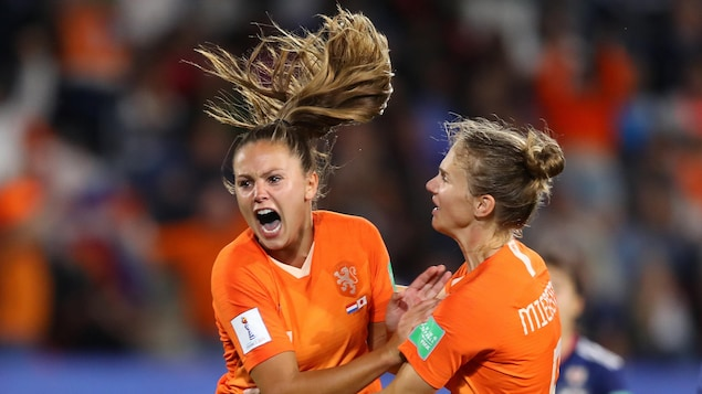 Lieke Martens célèbre un but marqué sur tir de pénalité pour les Pays-Bas contre le Japon en huitième de finale du Mondial féminin.