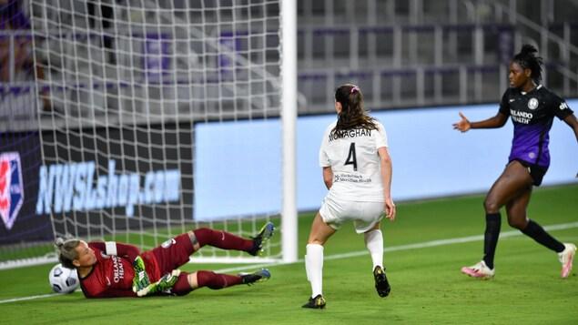 Elle regarde le ballon glisser derrière la ligne des buts.