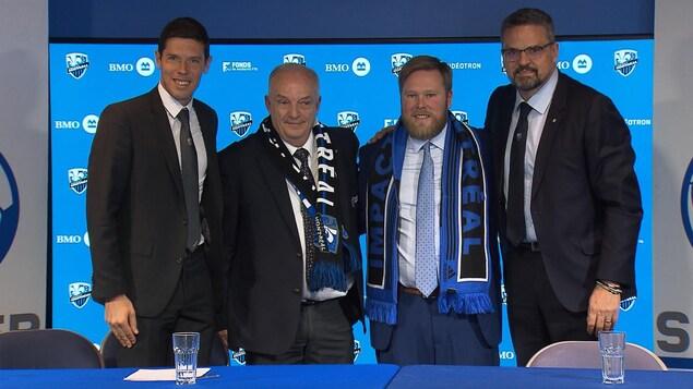 Des dirigeants de l'Impact et de Soccer Québec prennent la photo officielle.