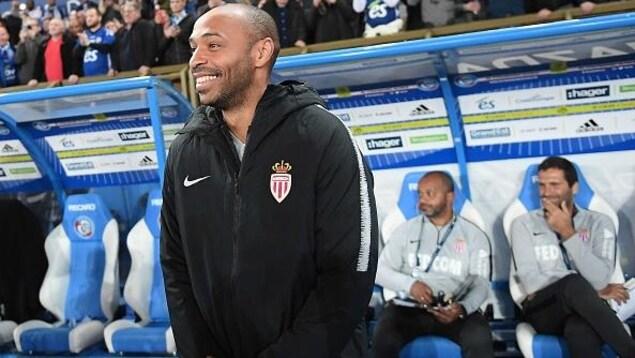 Thierry Henry devant le banc de touche de l'AS Monaco en octobre 2018